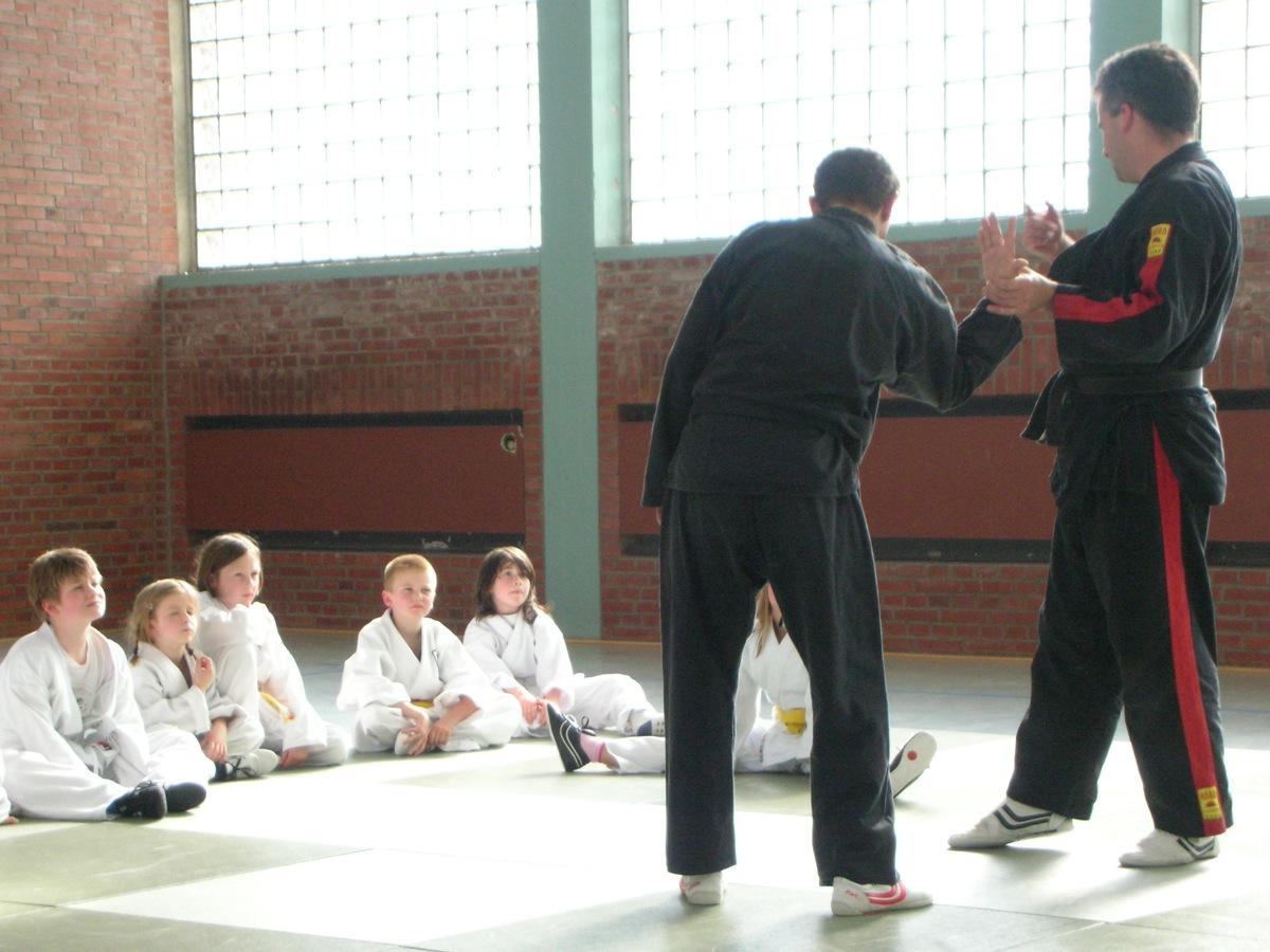 Kinder mit Georg Giebels-Küpper sowie Stefan Lang beim Training